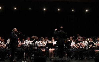 Apa i la banda del Casino Musical posen en peu a tot el teatre en un concert del 9 d'octubre per al record
